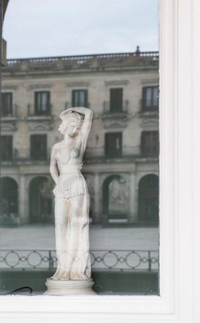 Fotografía de detalle del exterior de La Crème, cakes & coffee. Vitoria